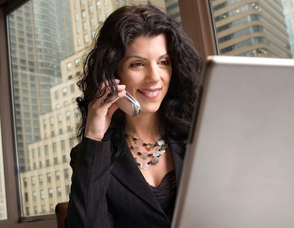 La communication dans le vin représenté par une femme au téléphone devant son ordinateur