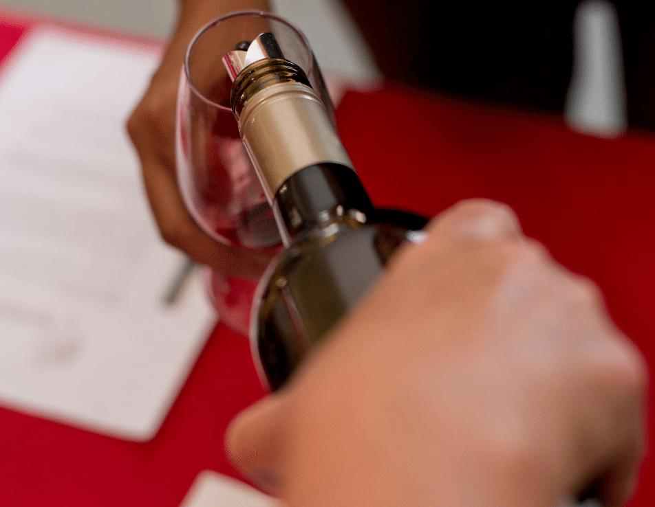Organisations d'événement représenté par le service d'un verre de vin dans une foire aux vins ou une dégustation de vin