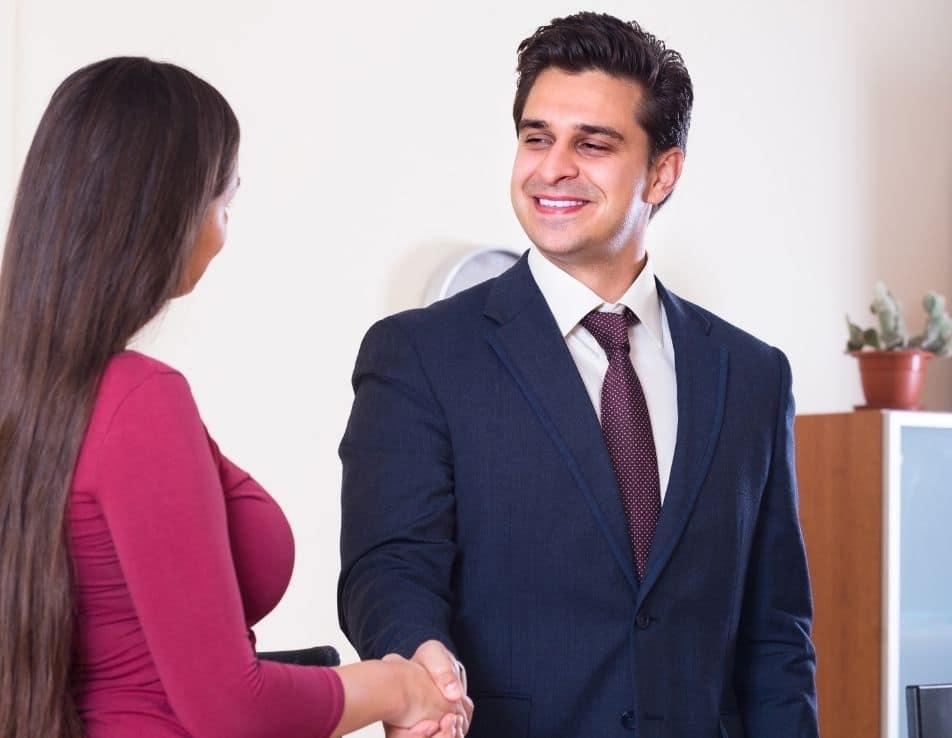 Recrutement dans le vin représenté par un homme serrant la main a une femme